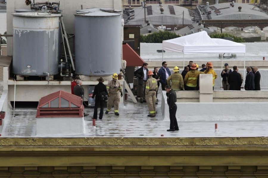 Policía y bomberos durante la investigación en el Hotel Cecil